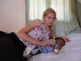 Tabea mit Boas im Krankenhaus nach seiner Leistenbruch-OP am 8. Januar