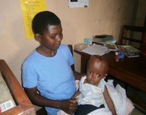 Joshua mit seiner Mutter nach der Operation